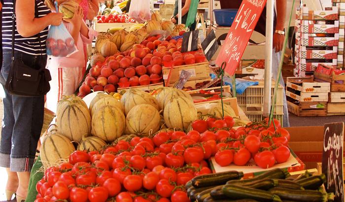 étalage de légumes sur un marché de plein air